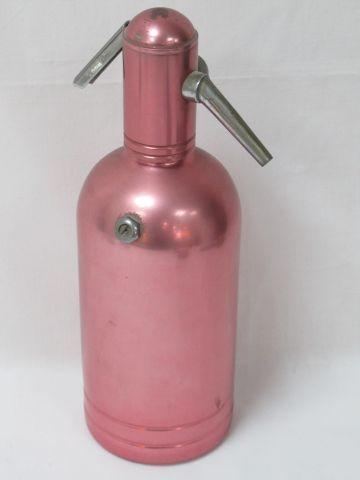 Syphon en métal rose. Haut.: 29 cm (quelques usures)