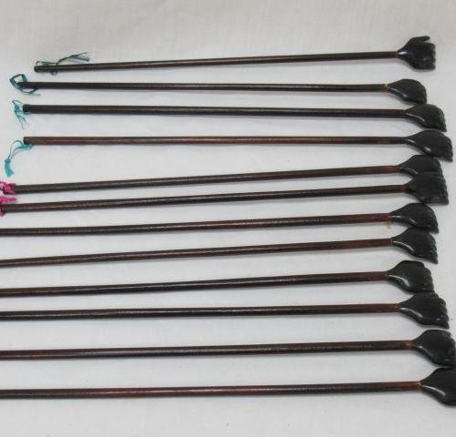 Lot de 12 gratte dos en forme de main en bois et corne. Long.: 42 cm