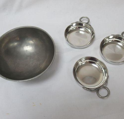 Lot en étain, comprenant un bol (13 cm) et une série de 3 tastevins (7 cm). Dans…