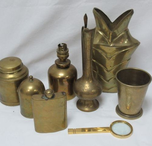 Lot en laiton, comprenant une flasque, un vase, un pied de lampe, une boîte et u…