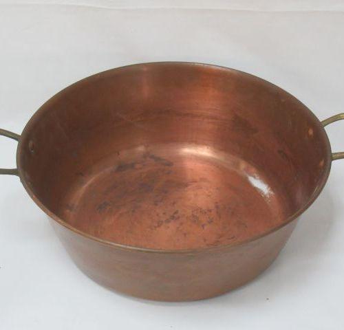 Bassine en cuivre. 14 x 37 cm