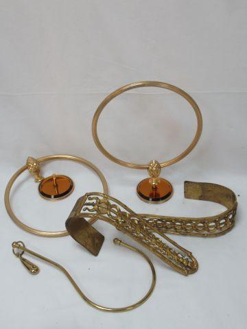 Lot de deux paires d'embrases en laiton et régule doré. 25 cm