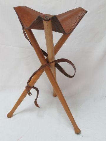 Siège pliable en bois et cuir. Haut.: 65 cm