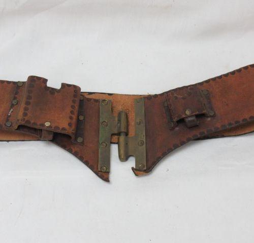 Ceinture en cuir, avec des compartiments. Long.: 74 cm
