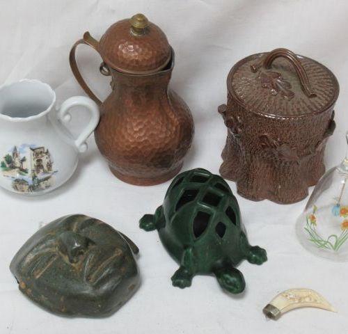 Lot comprenant une tortue décorative en métal laqué, une verseuse en cuivre, un …