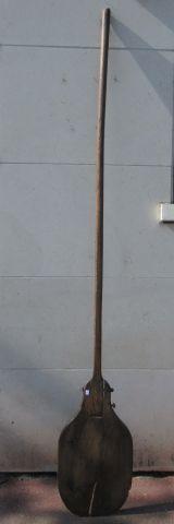 Planche à pain en bois. Début du Xxe siècle. Long.: 255 cm (fentes, usure)