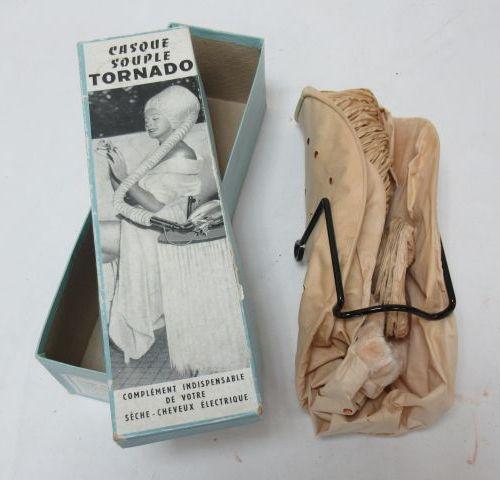 """Casque souple de coiffure """"Tornado"""". Circa 1960. Dans sa boîte."""