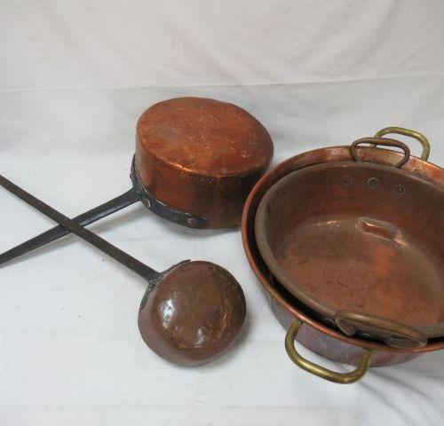 Lot en cuivre, comprenant 2 bassines, une casserole et une louche. 17 39