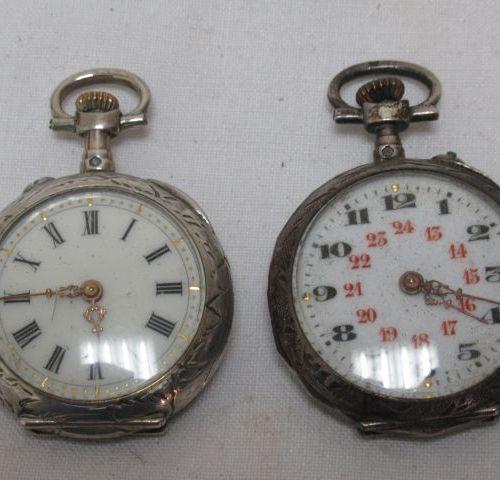 Lot de deux montres de col en argent. Beaux décors. XIXe siècle. Poids brut : 43…