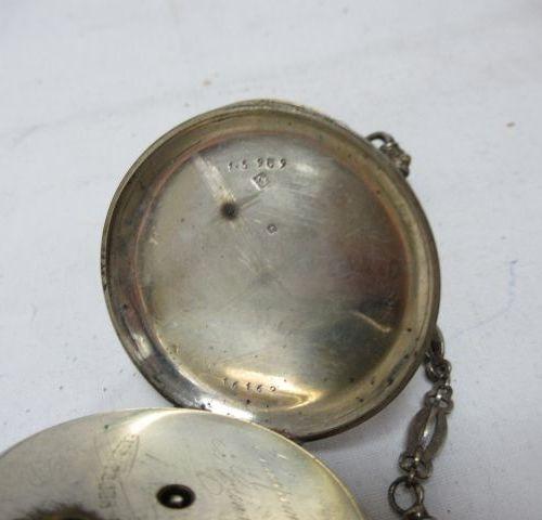 Lot de deux montres de gousset en argent. Avec leurs chaînes. XIXe siècle. A cle…