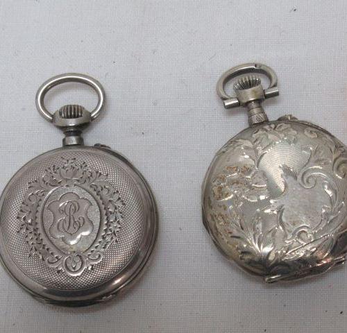 Lot de deux montres de col en argent. Beaux décors. XIXe siècle. Poids brut : 42…