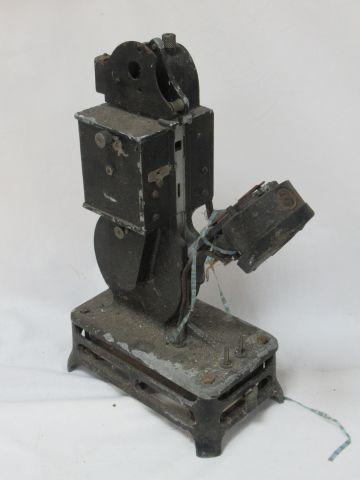 Lot de deux projecteurs anciens en métal laqué : AMC et Pathé. En l'état. 32 et …