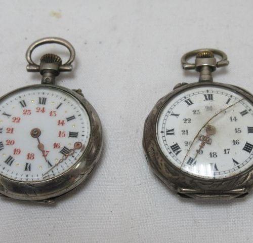 Lot de deux montres de col en argent. XIXe siècle. Poids brut : 42 g