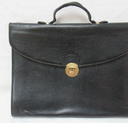 LE TANNEUR Serviette en cuir noir. 29 x 37 x 5 cm (usure au fermoir et au cuir).