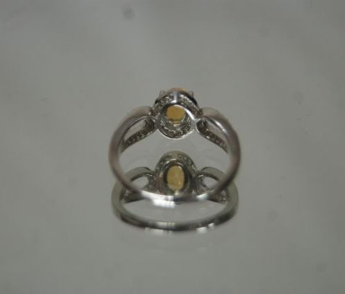 Elegante bague en argent 925/1000 centrée d'une opale dans un décor pavé de  pie…