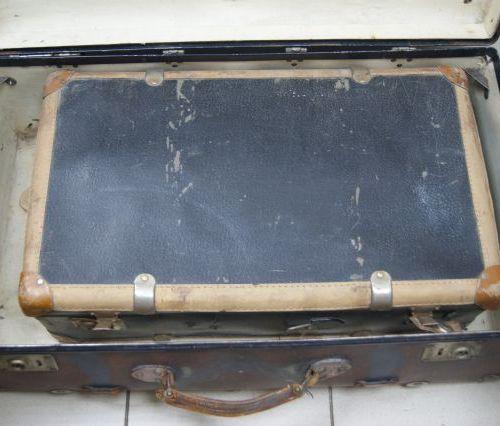 Grande valise en carton bouilli et métal, poignée en cuir. Circa 1940. On y join…