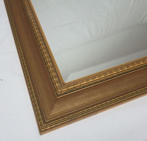 Grand miroir en bois et résine doré . 108 X 68 cm