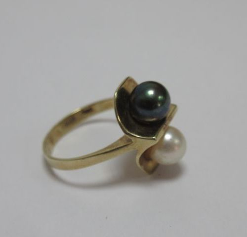Bague en or jaune, ornée de perles de culture. Poids brut : 3,7 g TDD 49
