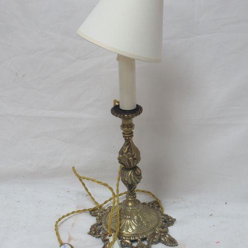 Pied de lampe en bronze. Hauteur totale : 44 cm