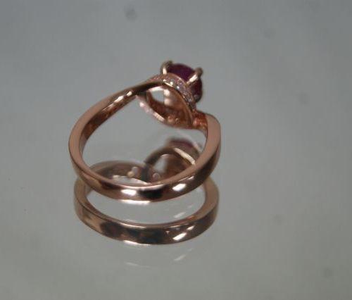 Ravissante bague en vermeil rose centrée d'un rubis entouré de deux motifs  vagu…