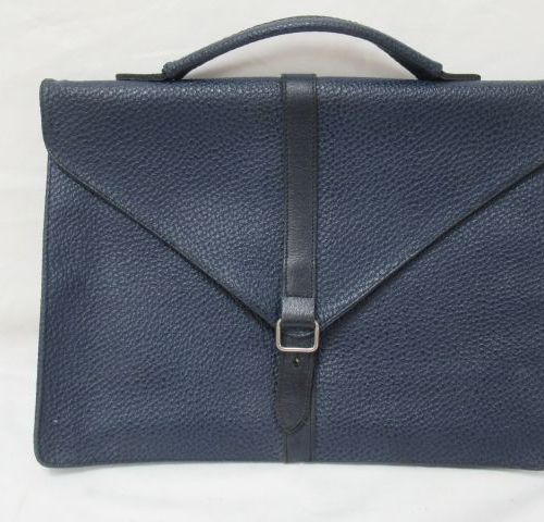 PAQUETAGE Serviette en cuir bleu marine. 26 x 35 x 6 cm (légère usure)