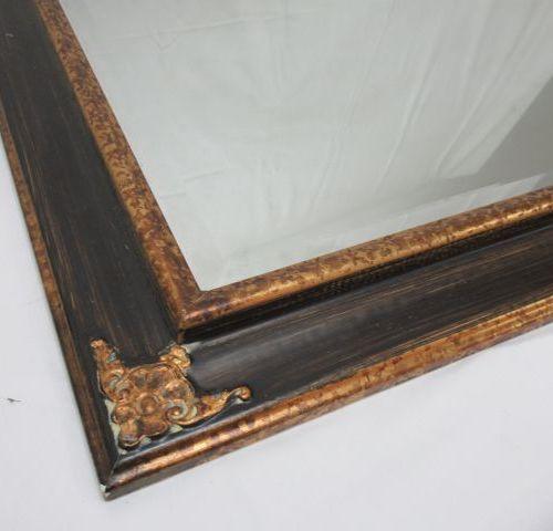 Miroir en bois doré et laqué noir. 88 x 64 cm