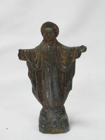 LITURGIE Fort lot comprenant des crucifix, une sculpture en métal blanc, médaill…