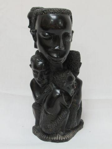 AFRIQUE Sculpture en ébène figurant un groupe. 23 cm