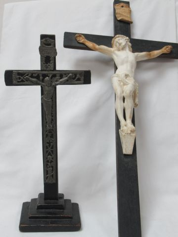 LITURGIE Lot comprenant 2 crucifix en bois noirci, l'un orné de métal repoussé e…