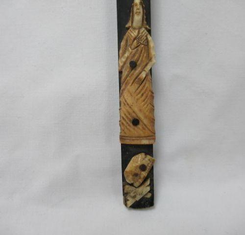 Christ janséniste en os. Sur sa croix en bois noirci. 32 cm