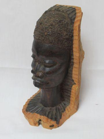 AFRIQUE Sculpture en ébène figurant un visae féminin. 22 cm