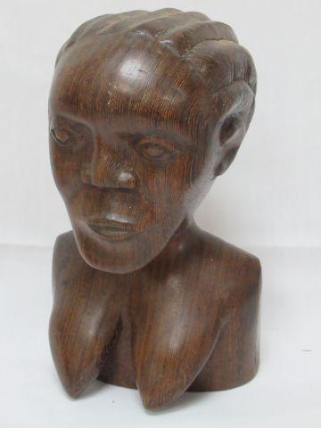 AFRIQUE Sculpture en ébène figurant un buste féminin. 22 cm