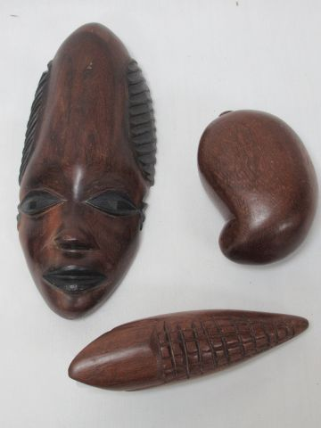 AFRIQUE Lot comprenant un masque et deux sculptures en bois. 10 21 cm