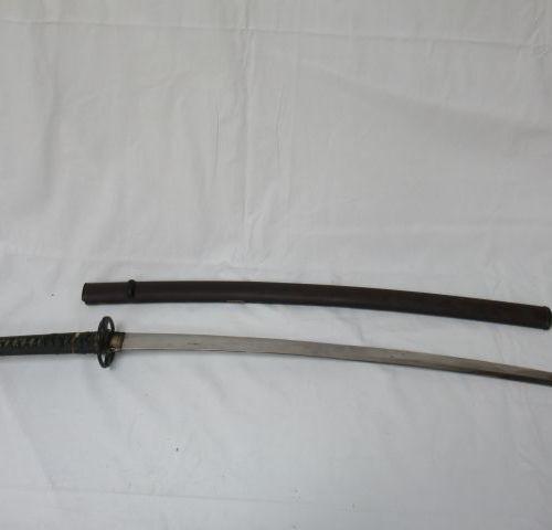 JAPON Katana. Fourreau en bois laqué, lame en acier, poignées recouvertes de gal…