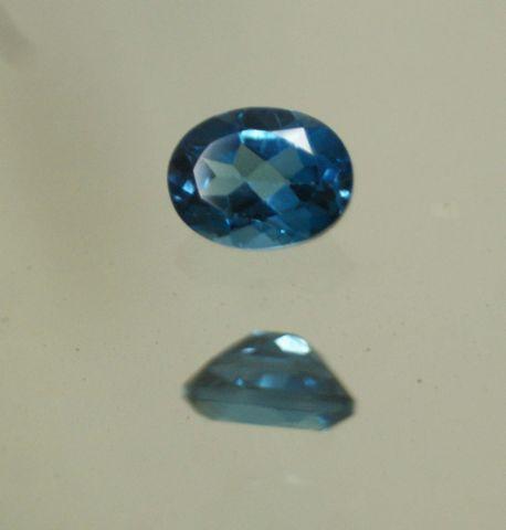 Topaze bleue taille ovale sur papier  Poids 2,35cts env.