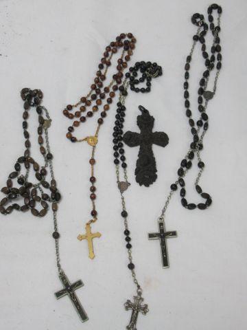 Lot de 4 chapelets en métal argenté et métal doré. On y joint une croix en bois …