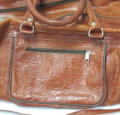 Sac de voyage en cuir. 24 x 56 x 30 cm (usure aux coins)