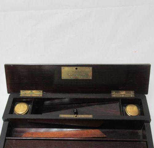 TAHAN Coffret écritoire, en bois de placage. Avec ses 2 godets en verre. 10 x 34…