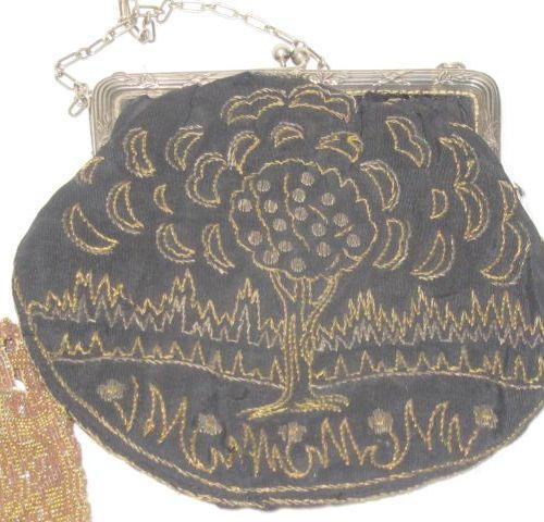 Lot comprenant une aumonière en tissu brodé et une bourse en tissu perlé. Vers 1…