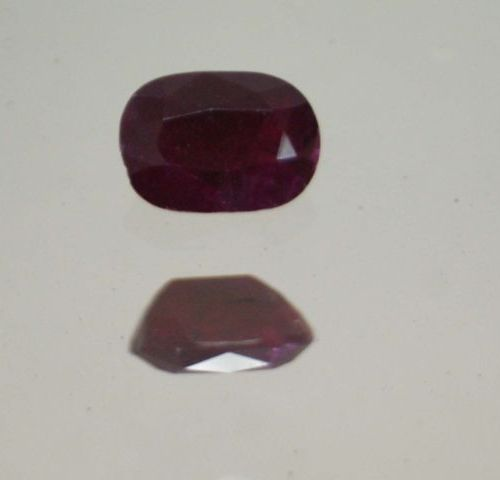 Important rubis de taille ovale sur papier.  Poids : 3,86 cts env.
