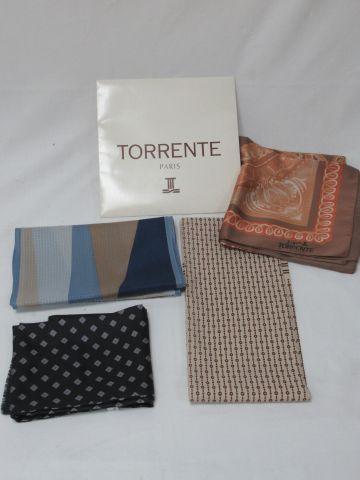 Lot comprenant un carré en tissus TORRRENTE, deux écharpes en soie et une écharp…