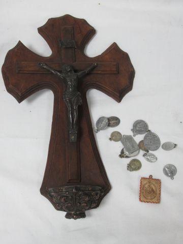 LITURGIE Lot comprenant un bénitier en bois et métal et un lot de médaille (dont…