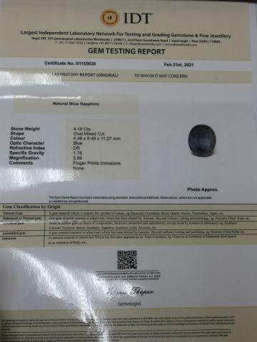 Saphir bleu. Poids : 4,18 carats. Avec son certificat.