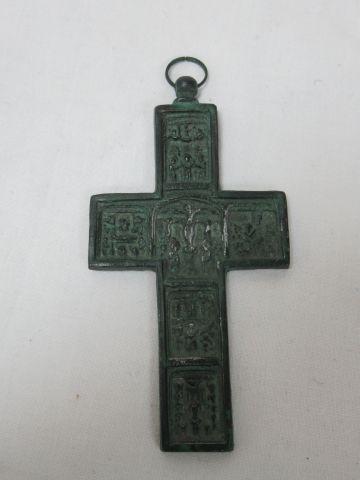 Croix en régule à patine verte, 9 cm.