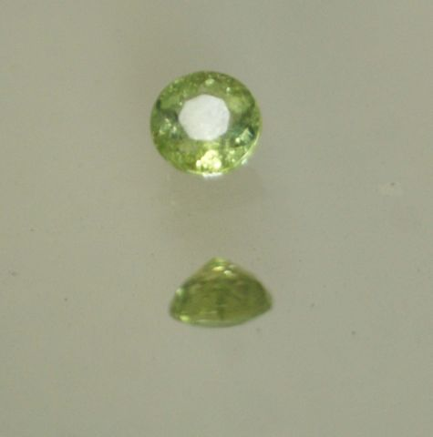 Tourmaline verte de taille brillant sur papier.  Poids : 1,07 ct env.