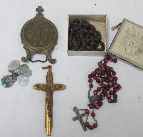 """Lot comprenant un petit crucifix en bronze (10 cm), un cadre à poser """"souvenir d…"""