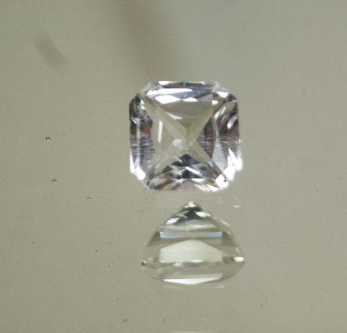 Important quartz blanc taille émeraude à degré sur papier.  Poids : 11,97 cts en…