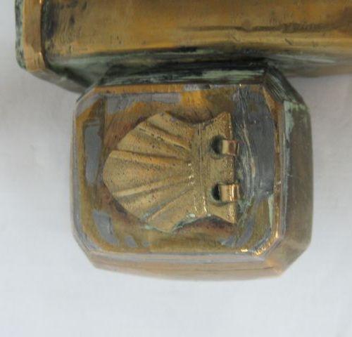 ORIENT Plumier en laiton. Long.: 28 cm (quelques bosses)