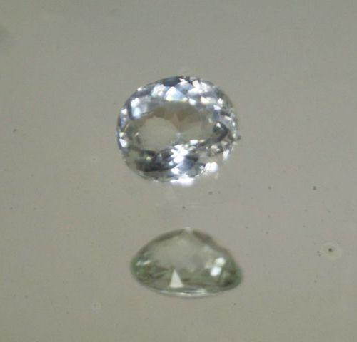 Tourmaline vert pale de taille ovale sur papier.  Poids : 2,27cts
