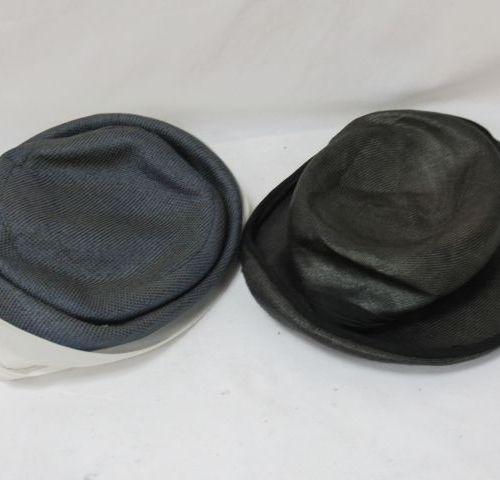 Lot de deux chapeaux pour femme en cisal .Circa 1970. Tour de tête 54 et 56 cm